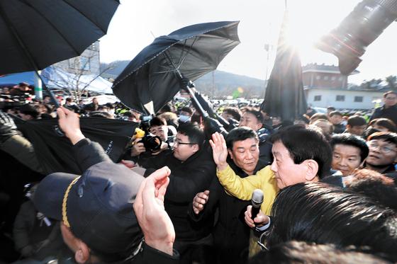 진영 행정안전부 장관이 지난달 30일 오후 중국 우한에서 귀국하는 교민의 임시 거주시설인 충남 아산시 경찰인재개발원 인근에서 주민들에게 항의받고 있다. [뉴시스]