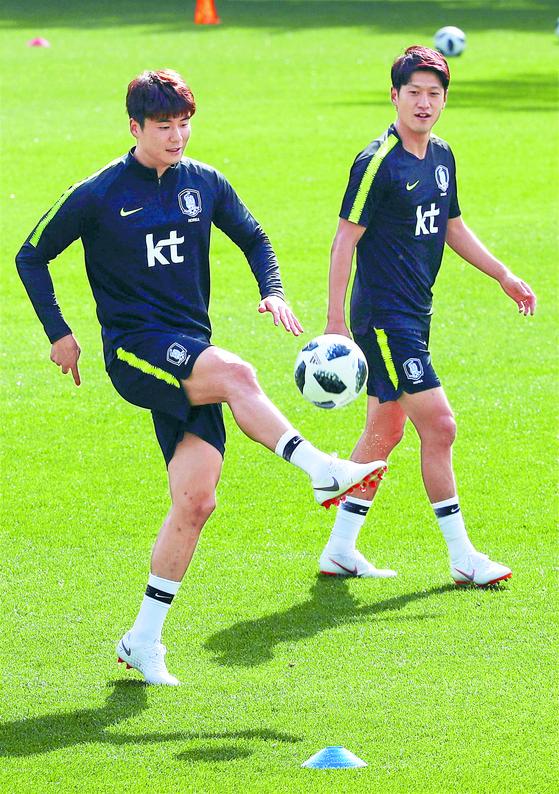 K리그 복귀를 타진 중인 기성용(왼쪽)과 이청용이 2018년 5월 국가대표팀에서 함께 훈련하는 모습. [연합뉴스]