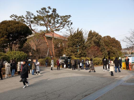 7일 서울의 한 고교 졸업식. 방문객들이 건물 밖에서 졸업식이 끝나기를 기다리고 있다. 이병준 기자