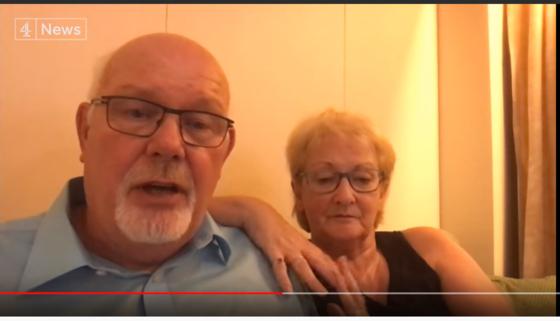 """일본 요코하마항에 정박 중인 다이아몬드 프린세스호에 탄 영국인 부부. 부부는 스마트폰으로 영국 뉴스 채널과 인터뷰하며 """"감옥에 갇힌 것 같다""""고 말했다. [사진 유튜브 캡처]"""