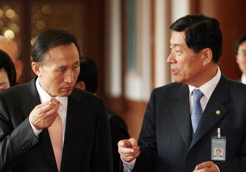 이명박 정부 당시 원세훈(오른쪽) 전 국정원장과 이명박 전 대통령이 국무회의 직후 이야기를 나누고 있다. [중앙포토]