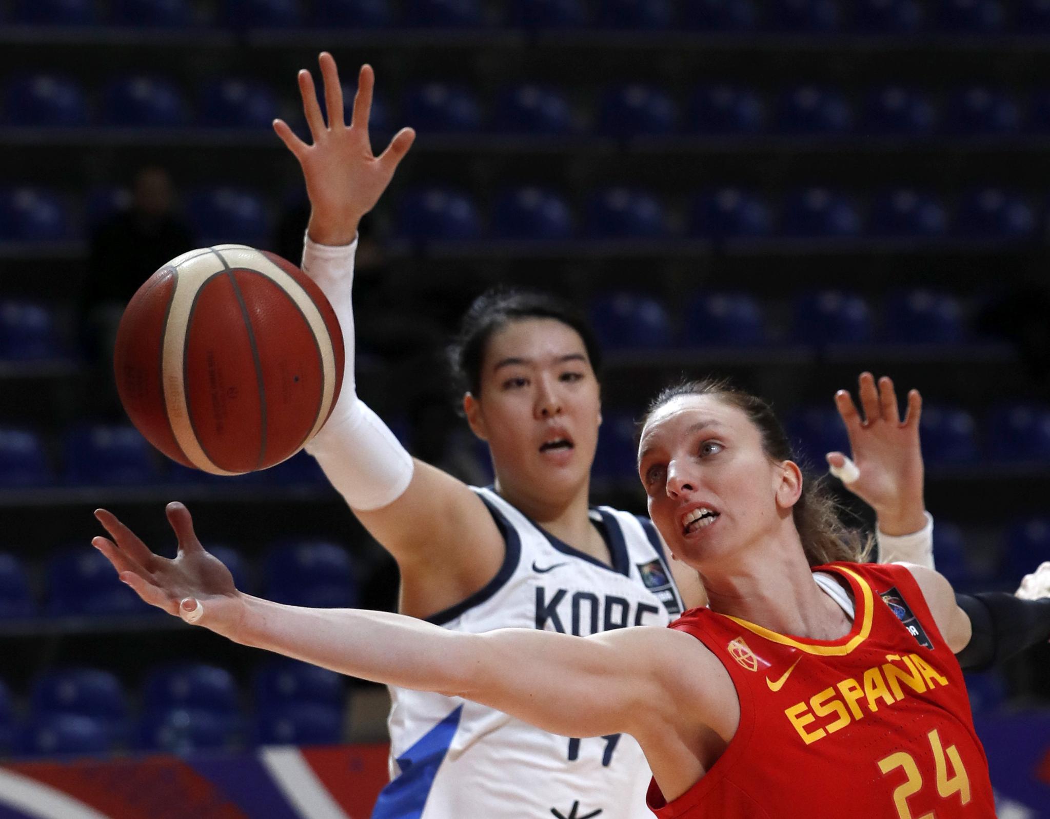 8일 세르비아에서 열린 도쿄올림픽 여자농구 최종예선에서 박지수(왼쪽)가 스페인 선수 공격을 막고 있다. [AP=연합뉴스]
