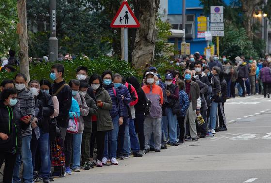 지난 5일 홍콩 시민들이 마스크를 사기 위해 홍콩 카오룽베이의 한 기업 앞에 줄을 서 있다. 사람들은 하루 전인 4일부터 몰려 줄을 선 사람의 수가 1만여 명에 달했다. [AP=연합뉴스]