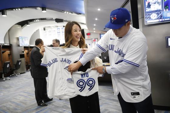 류현진은 토론토에서도 등번호 99번을 단다. 곧 태어날 아이 유니폼도 선물 받았다. [AP=연합뉴스]