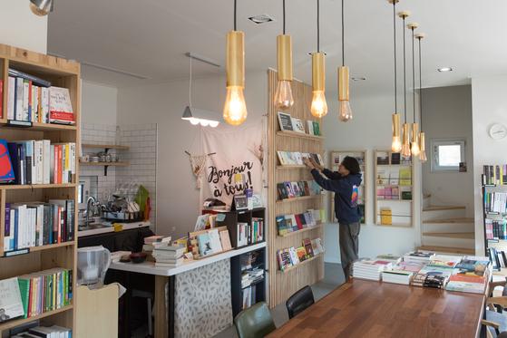 강화도 정족산 북쪽 들머리에 자리한 책방시점은 서점과 게스트하우스를 겸한 공간이다. 투숙객은 진열된 책을 자유롭게 볼 수 있다.