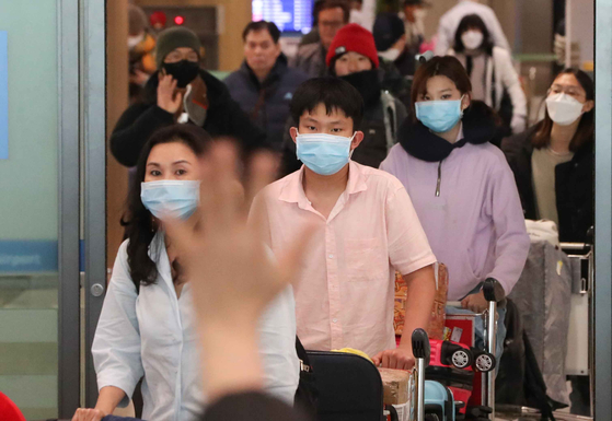 지난 4일 인천국제공항 제1터미널 입국장에서 여행객들이 신종 코로나바이러스 감염증 확진을 예방하기 위해 마스크를 쓴 채 이동하고 있다. [뉴스1]