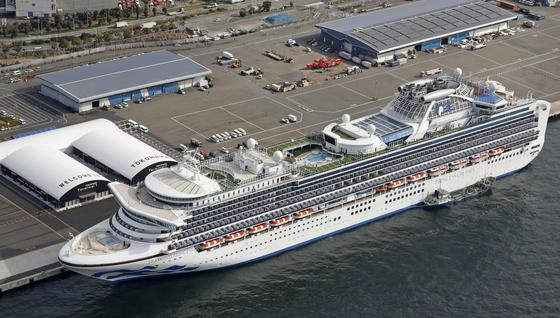 요코하마항에 정박 중인 다이아몬드 프린세스호. 승객과 승조원 3711명이 탄 이 배에서 총 61명의 신종코로나 바이러스 감염자가 확인됐다. [교도=연합뉴스]