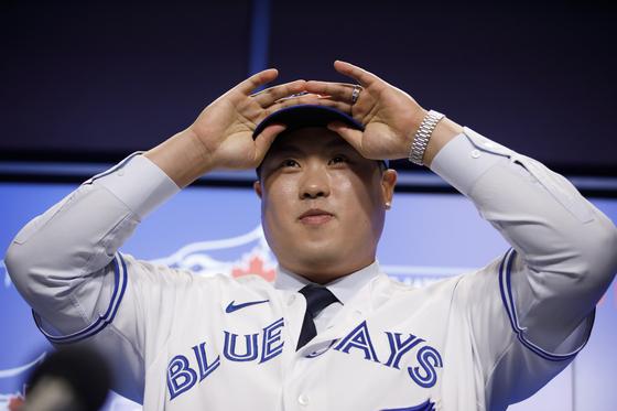 지난해 12월 토론토 입단식에서 모자를 쓰고 있는 류현진. [AP=연합뉴스]