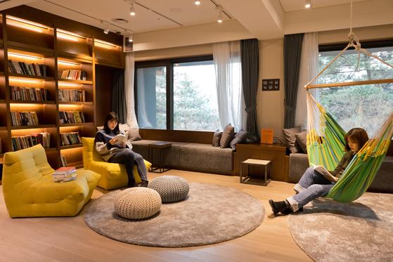 워커힐 더글라스 하우스 1층에 자리한 라이브러리. 투숙객에 한해 24시간 이용할 수 있다.