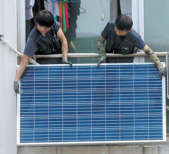 아파트에 태양광 모듈을 설치하는 모습. / 사진:연합뉴스