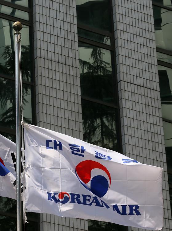 서울 중구 대한항공 서소문 사옥에 조기가 걸려있다. [중앙포토]