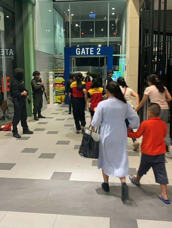 태국 쇼핑몰서 군인 총기난사로 최소 20명 사망···페북 생중계
