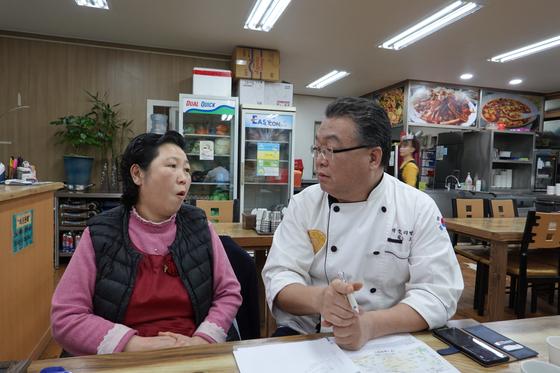 서울 영등포구 영등포동 백반집 '그집'에서 주인 김정순(55ㆍ여)씨와 컨설턴트인 김응요(59) 수와연 대표가 대화를 나누고 있다. 정용환 기자