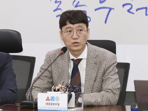 김웅 전 부장검사가 4일 오전 국회 의원회관에서 열린 새로운보수당 영입 행사에서 발언하고 있다. 임현동 기자