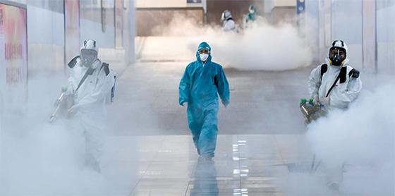 신종 코로나바이러스 감염증이 확산하며 사회 전반에 불안이 커지고 있다. 지난 4일 중국 후난성 창사 기차역에서 보호복을 입은 방역원이 방역 작업을 하고 있다. [로이터=연합뉴스]