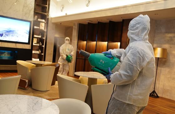 롯데면세점 서울 본점에서 코로나 바이러스 방역 작업이 한창이다. 이 회사는 직원의 마스크 착용을 의무화하고 매일 마스크를 지급하고 있다. [사진 롯데면세점]