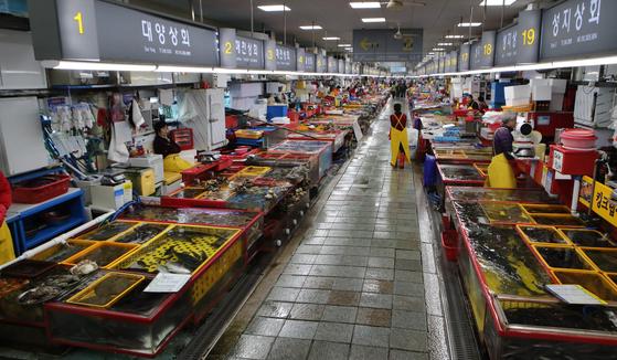 휴일인 9일 부산 중구 자갈치시장 1층이 신종 코로나바이러스 영향으로 국내외 관광객이 줄면서 썰렁하기만 하다.송봉근 기자