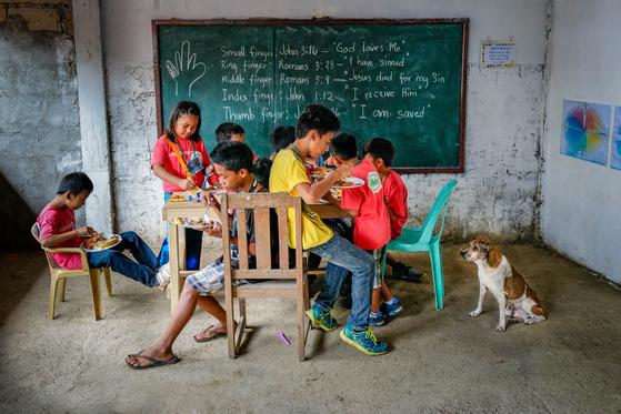필리핀 팔라완 섬, 푸에르토프린세사(Puerto Princessa)시 인근, 시골에서의 점심.