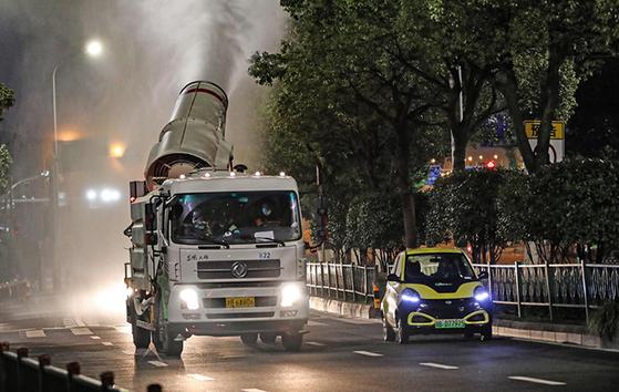 신종 코로나 확산을 막기 위한 방역 작업이 중국 전역에서 밤낮으로 이어지고 있다. [중국 인민망 캡처]