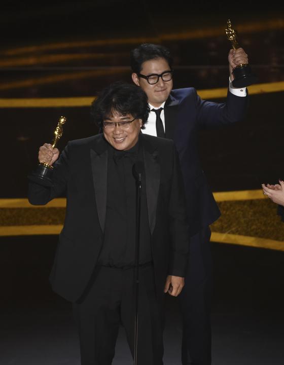 9일(현지시간) 미국 아카데미 시상식에서 영화 '기생충'으로 각본상을 수상한 봉준호 감독(왼쪽)과 한진원 작가. [AP=연합뉴스]
