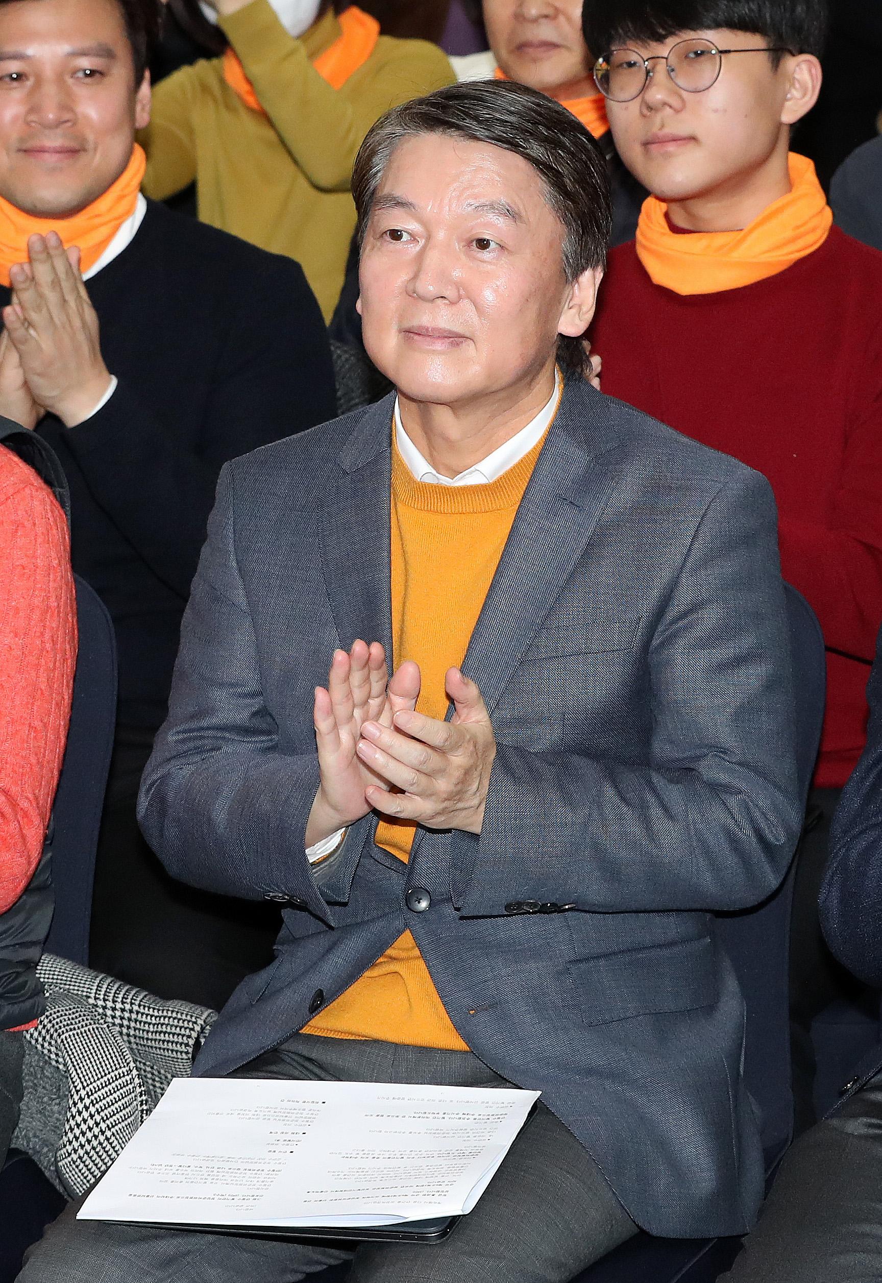 안철수 국민당 창당준비위원장이 9일 오후 서울 영등포구 하이서울유스호스텔에서 열린 국민당 창당 발기인대회에서 창당준비위원장에 선출되며 박수를 치고 있다. [뉴스1]