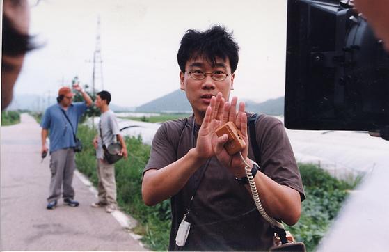 '살인의 추억'(2003) 촬영 현장의 봉준호 감독. [중앙포토]