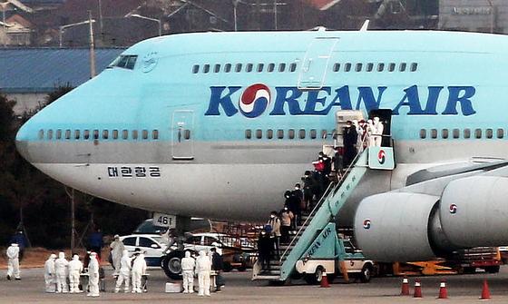 세계보건기구(WTO)가 신종 코로나 바이러스 감염증(우한폐렴)에 대해 '국제적 비상사태'를 선포한 지난달 31일 오전 중국 우한시와 인근 지역에 고립돼 있는 우리 국민들이 서울 강서구 김포국제공항에 도착해 전세기에서 내리고 있다. [뉴스1]