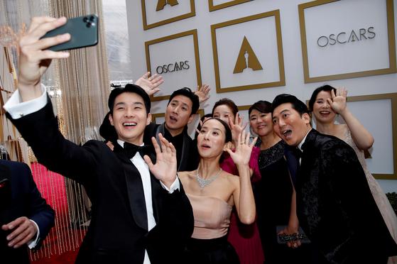 제92회 아카데미 시상식이 열리는 미국 로스앤젤레스 돌비극장에 도착한 영화 '기생충' 출연 배우들이 셀카를 찍고 있다. [로이터=연합뉴스]
