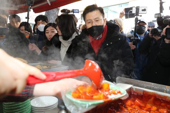 황교안 자유한국당 대표가 9일 서울 성균관대학교 인근 분식점을 방문해 떡볶이가 나오기를 기다리고 있다. [사진 자유한국당]