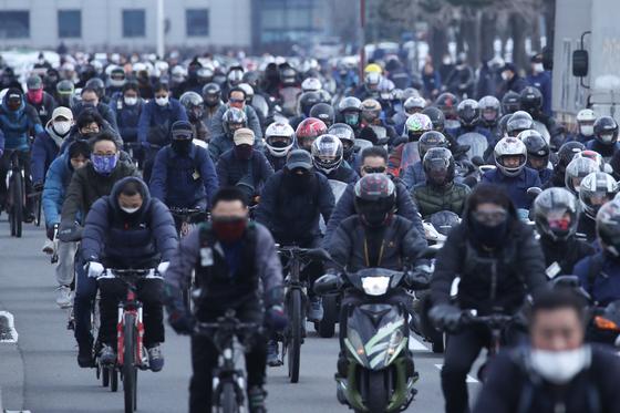 지날 31일 현대차 울산공장. 근로자들이 마스크를 쓰고 출근하고 있다. [뉴스1]