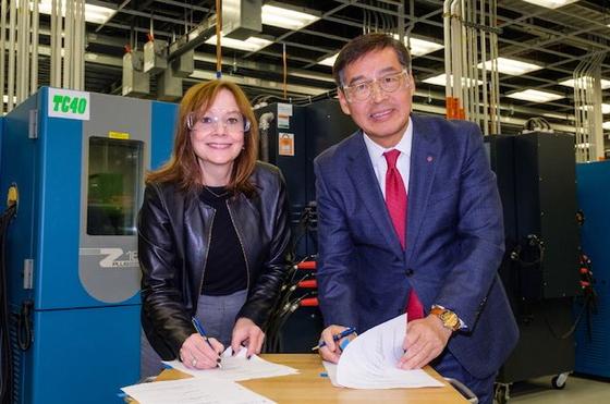 LG화학 CEO 신학철 부회장(오른쪽)과 메리 바라 GM 회장이 지난해 12월 미국 GM 글로벌테크센터에서 배터리 생산시설 합작계약을 체결하고 있다. [사진 LG화학]