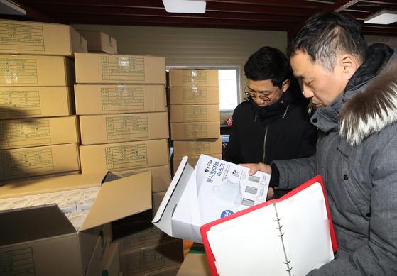 식약처 위해사범중앙조사단이 지난 6일 경기도 용인의 한 마스크 도매업체 창고에서 사재기 행위를 단속하고 있다. [연합뉴스]
