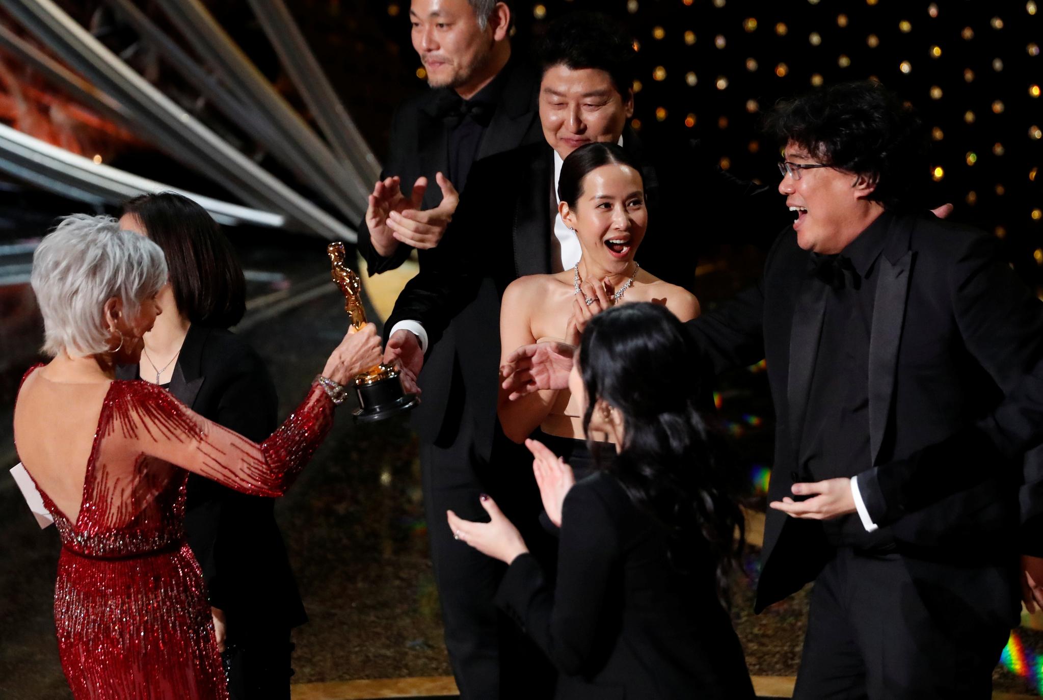 봉준호 감독이 9일(현지시간) 미국 로스앤젤레스 돌비 극장에서 열린 제92회 아카데미상 시상식에서 시상자인 배우 제인 폰다에게서 최고상인 작품상을 받고 기뻐하고 있다. [로이터=연합뉴스]