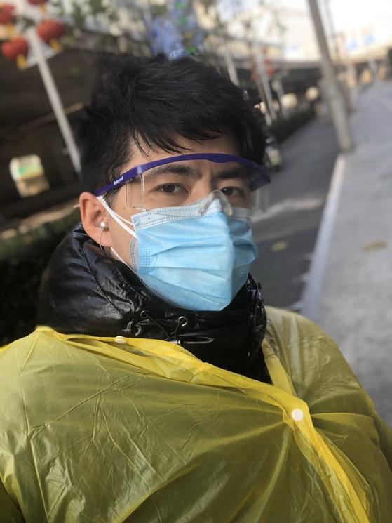 변호사이자 시민 기자인 천추스가 우한에서 마스크를 쓴 채 취재를 하고 있다. [트위터]