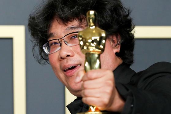 봉준호 감독이 9일(현지시간) 아카데미 시상식에서 영화 '기생충'으로 작품상 등 4개 부문의 상을 받았다. 봉 감독이 감독상을 수상한 뒤 트로피를 들어 보이고 있다. [로이터]