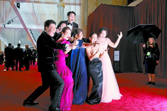 9일(현지시간) 미국 LA에서 열린 제92회 아카데미 시상식 레드카펫 행사에 참석한 영화 '기생충'의 송강호 등 주요 출연진. [로이터=연합뉴스]