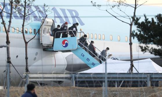 신종 코로나바이러스 감염증 발원지인 중국 후베이성 우한과 인근 지역에서 철수한 교민들이 지난달 31일 오전 김포국제공항에 도착, 대한항공 전세기에서 내리고 있다. [연합뉴스]