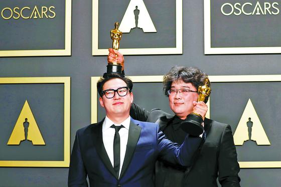 각본상을 받은 한진원 작가(왼쪽)와 봉준호 감독. [EPA=연합뉴스]