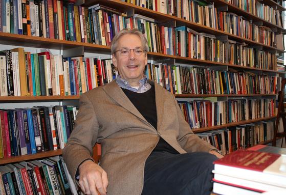 자유주의 국제정치학자인 존 아이켄베리 프린스턴대 교수가 지난 17일 연구실에서 중앙일보와 인터뷰를 하고 있다. [정효식 워싱턴특파원]