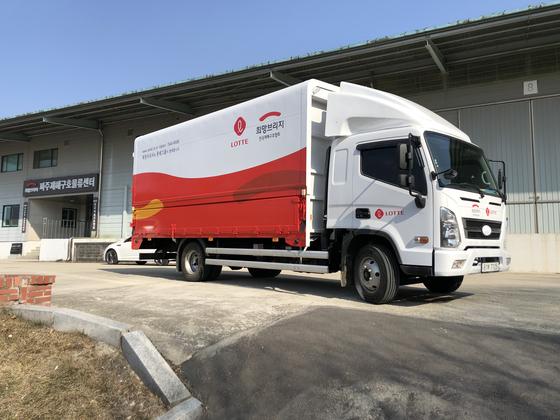 2월 10일 파주재해구호물류센터에서 서울시 신종코로나 격리시설에 지원할 구호물품을 실은 수송차량이 출발하고 있다.
