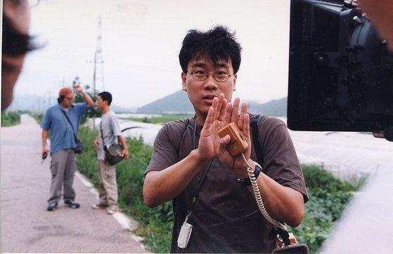 '살인의 추억' 촬영 현장의 봉준호 감독.
