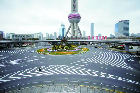신종 코로나바이러스가 중국 경제를 강타했다. 지난 5일 상하이 루자쭈이 금융가의 동방명주 로터리가 텅 비었다. [로이터=연합뉴스]