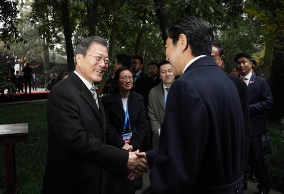 문재인 대통령과 리커창 중국 총리, 아베 신조 일본 총리가 지난해 12월 24일(현지시간) 중국 쓰촨성 청두 두보초당에서 열린 한·중·일 협력 20주년 기념 제막식에 참석했다. 문 대통령(왼쪽)이 아베 총리와 작별인사를 하고 있다. [청와대사진기자단]