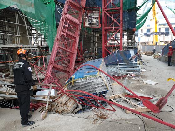 지난달 3일 오전 8시32분쯤 인천시 연수구 송도동의 한 공구제조업체 사옥 및 연구소 신축공사현장에서 타워크레인이 넘어져 2명이 숨지고 1명이 다쳤다. [사진 인천소방본부]