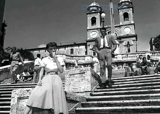 오드리 햅번이 영화 '로마의 휴일'에 출연해 로마 '스페인 계단'에서 그레고리 펙과 함께 젤라토를 먹는 장면. 이 영화의 시니리오를 쓴 달턴 트럼보는 미국 영화인 블랙리스트에 포함돼 공식적인 작품 활동을 할 수 없었기에 다른 사람 이름을 내세워야 했다. 이 때문에 오스카상 원작상을 받았지만 트럼보는 시상식장에 나갈 수 없었다. [중앙포토]