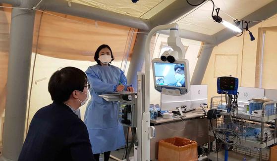 신종 코로나바이러스 3번 환자가 입원한 명지병원은 의료진 감염을 막기 위해 선별진료소에서 로봇을 이용한 원격 협진을 하고 있다. [사진 명지병원]