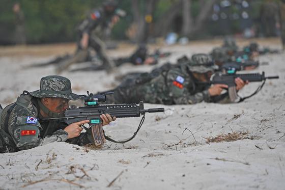 2019년 코브라골드 연합훈련에 참가 중인 한국 해병대가 16일 태국 핫야오 해안에서 미국·태국 해병대와 함께 연합 상륙훈련을 실시했다. [사진 해병대사령부]