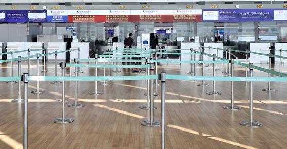 정부가 신종 코로나 바이러스가 많이 발생하는 중국 내 다른 위험지역에 대한 입국제한 조치도 상황에 따라 추가로 검토하고 있다고 밝혔다. 10일 인천국제공항 출국장 중국항공사 카운터가 한산한 모습을 보이고 있다. [뉴스1]
