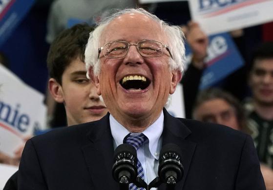 78세 민주사회주의자 버니 샌더스 상원의원이 11일 텃밭 뉴햄프셔 프라이머리에서 26% 득표율로 38세 신인 피트 부티지지 전 인디애나주 사우스밴드 시장에게 1.6%포인트 차로 승리한 뒤 활짝 웃고 있다.AFP=연합뉴스]