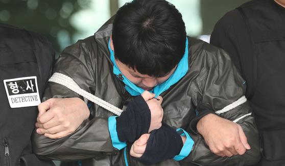 이희진 부모를 살해한 피의자 김다운 씨가 지난해 안양동경찰서에서 검찰 조사를 받기 위해 호송차로 이동하고 있다. 최승식 기자